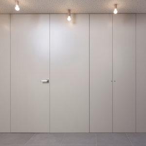 boiserie laccata con porta battente e ante armadio